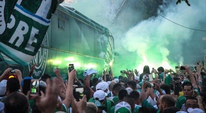 1752f87a4b Torcida do Guarani chega para partida em Campinas. O jogo será de torcida  única