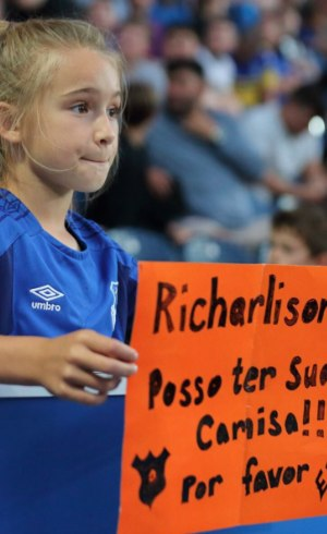 Menina pede camisa de Richarlison