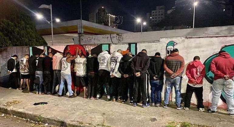 A PM de Minas Gerais deteve 18 pessoas que disparavam rojões em frente ao hotel do Boca