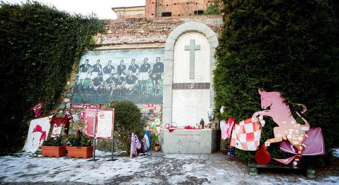 O memorial do Torino, no local do seu acidente de 1949