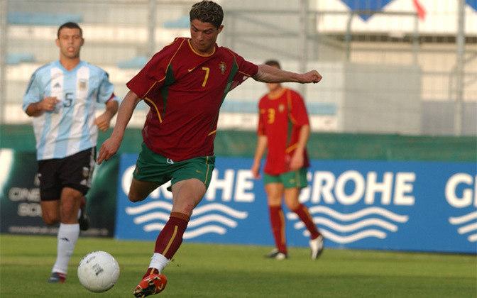 TORNEIO INTERNACIONAL DE TOULON - Foi seu primeiro título profissional com a camisa da seleção portuguesa. O ano foi 2003.