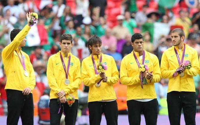 TORNEIO OLÍMPICO DE 2012 - O Brasil falhou muito na final contra o México e acabou derrotado por 2 a 1. Neymar, ao fim do jogo, desaba no centro do gramado e a imagem ganhou o mundo.