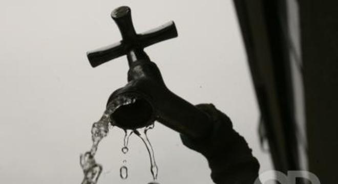 torneira com água 900