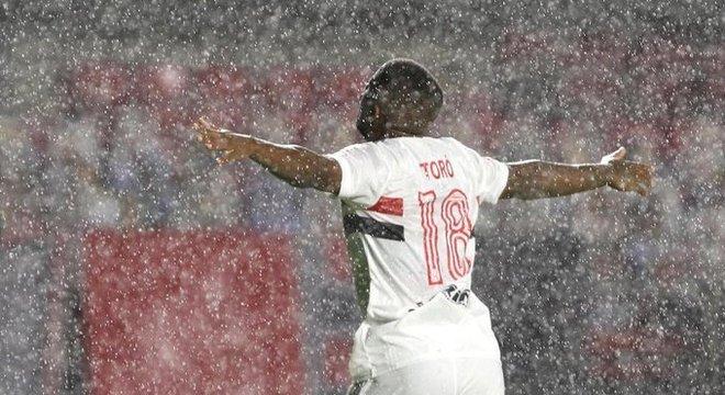 Toró, com espaço, não teve dificuldade para marcar o terceiro gol do São Paulo