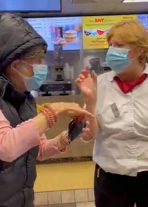 Senhora diz que está vacinada, mas, por não ter comprovante, é impedida de comer em lanchonete