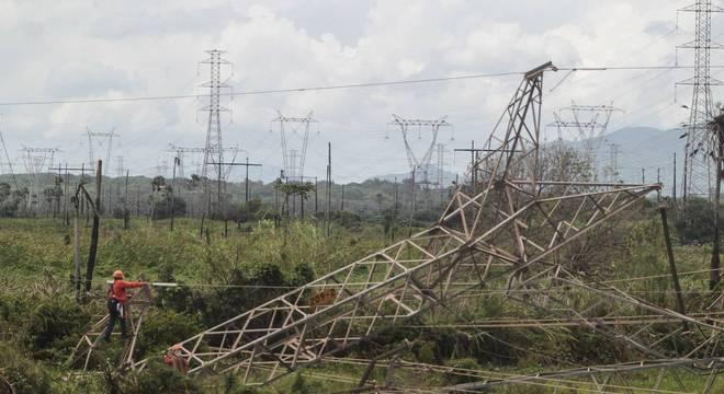 Explosão derruba torre de transmissão de energia em Maracanaú (CE)