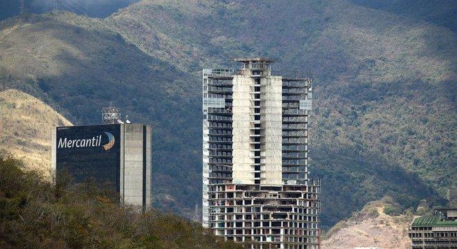 Entre os muitos edifícios abandonados no centro de Caracas, um dos mais emblemáticos é a Torre de David: os 45 andares foram quase totalmente ocupados por famílias de baixa renda