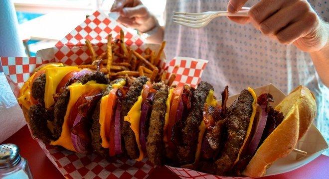 Não pergunte quantas calorias um hambúrguer gigantesco como esse tem