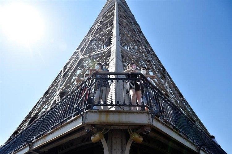 Público visita a Torre Eiffel no primeiro dia da reabertura, em Paris (França)