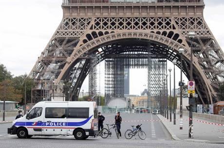 Torre Eiffel é esvaziada por ameaça de bomba
