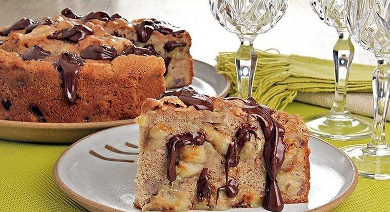 Torta de banana com chocolate além de bonita é irresistível. Experimente!