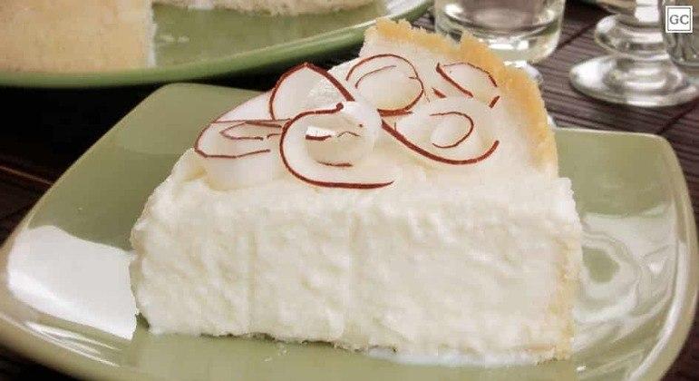 Torta de coco com chantilly
