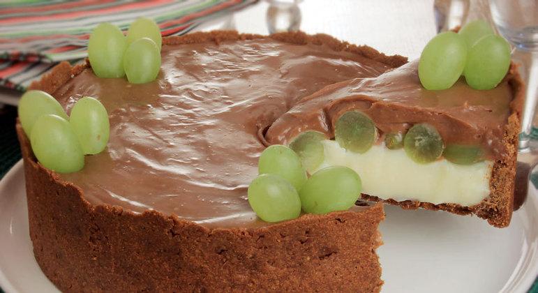 Torta de uva com dois chocolates