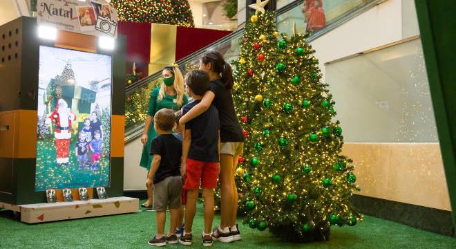 Com os totens, as fotos das crianças com o Papai Noel ganham uma nova cara
