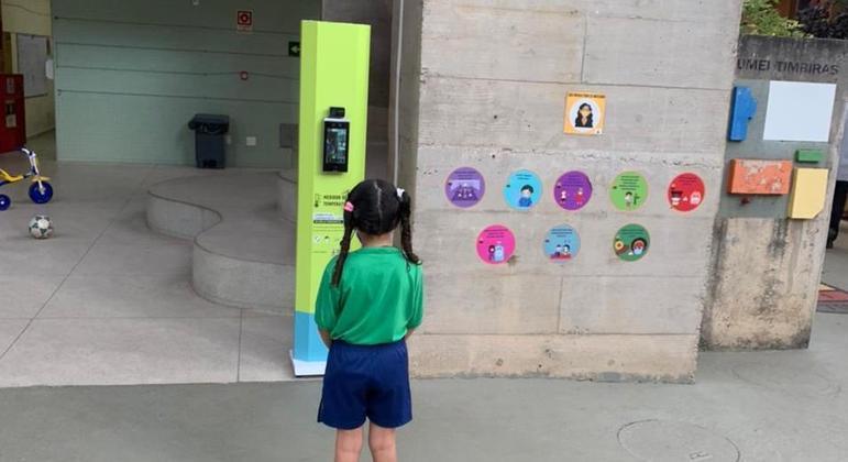 Totem é testado na porta da EMEI Timbiras, no centro da capital