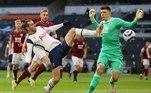 O atacante galêsGareth Bale marcou o primeiro e o último gol na goleada do Tottenham por 4 a 0 sobre o Burnley, neste domingo (28). O time londrino agora ocupa a oitava posição na tabela do Inglês, com 39 pontosMourinho afirma que Tottenham precisa do talento de Gareth Bale