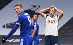 O Tottenham, time do artilheiro Harry Kane, foi derrotado em casa pelo Leicester por 2 a 0, neste domingo (20). Com isso, a equipe londrina perde o posto entre os quatro melhores do Campeonato Inglês que garantem vaga na Liga dos Campeões. O Tottenham ocupa a quinta posição, com 27 pontos. Já o Leicester sobe para a vice-liderança, com 27
