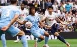 O Tottenham derrotou Manchester City, atual campeão inglês, neste domingo (15), na estreia da temporada no país. O time londrino aproveitou contra-ataques e venceu por 1 a 0 com um gol do atacante sul-coreano Son