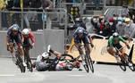 O Tour de France, prova mais tradicional do ciclismo mundial, contou com cenas fortes. Uma torcedora se projetou para frente e acabou derrubando dezenas de atletas, causando uma avalanche entre os competidores. Quando tudo aconteceu, a prova estava a 50 quilômetros do fim...