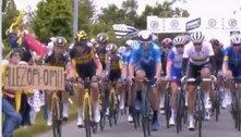 Fã invade pista e causa avalanche de quedas no Tour de France