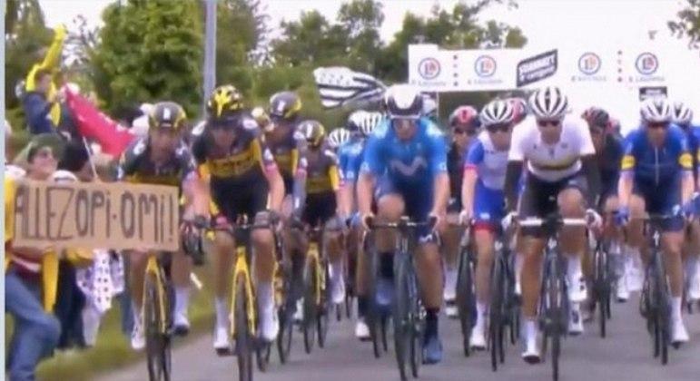 Fã que invadiu pista acabou causando a queda de dezenas de ciclistas no Tour de France