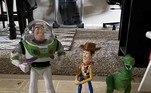 No entanto, o brinquedo foi recolhido pelo pessoal da companhia aérea, que notou o nome rabiscado no pé do boneco astronauta