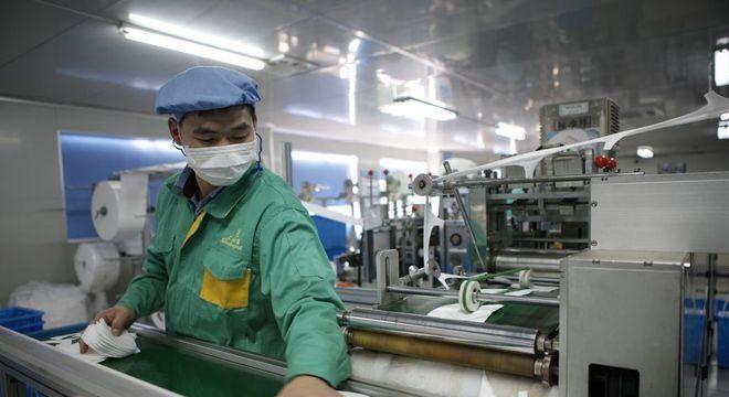 Trabalhador em indústria da China, que sofre impacto da doença