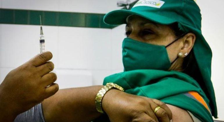 Trabalhadores da limpeza urbana da zona oeste (SP) recebem 1ª dose da vacina