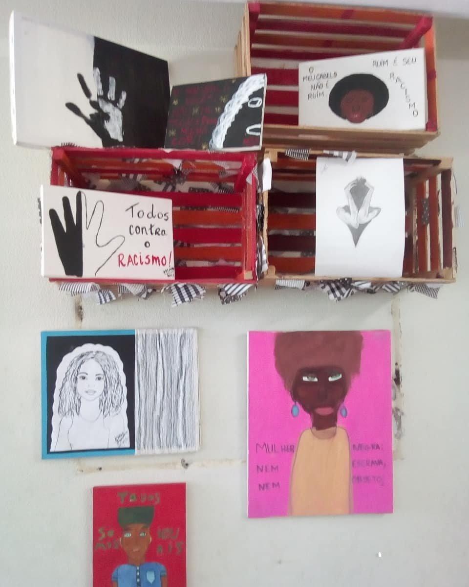 Trabalhos feitos em sala pelo professor Pedro Bárbara, acusado de doutrinação pelos pais de um aluno