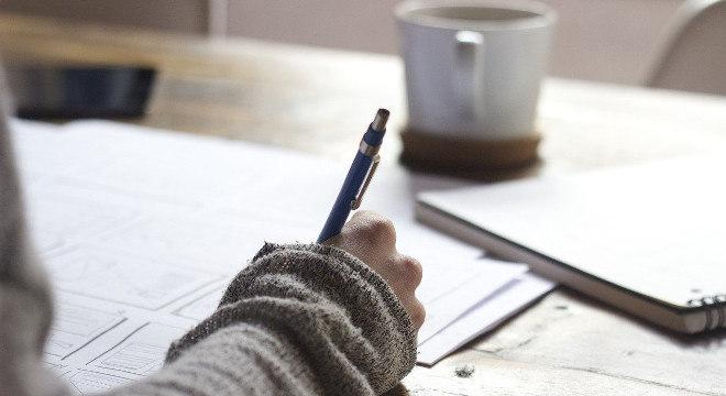Desempregada ajuda pessoas a criarem currículos mais atraentes