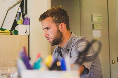 Área administrativa lidera contratações dos mais jovens