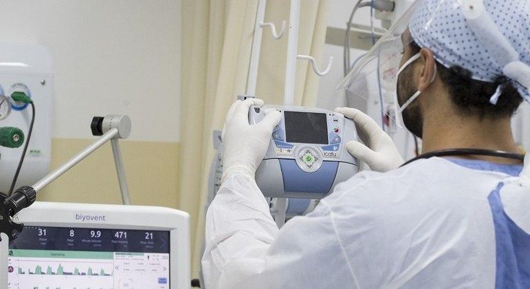 Trabalho médico na UTI Covid do Centro Hospitalar Municipal da cidade de Santo André, no ABC paulista