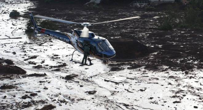 Helicóptero da Polícia Militar realiza buscas na área atingida pelo rompimento em Brumadinho