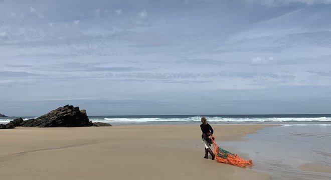 Tracey Williams limpa a praia perto da casa dela todos os dias