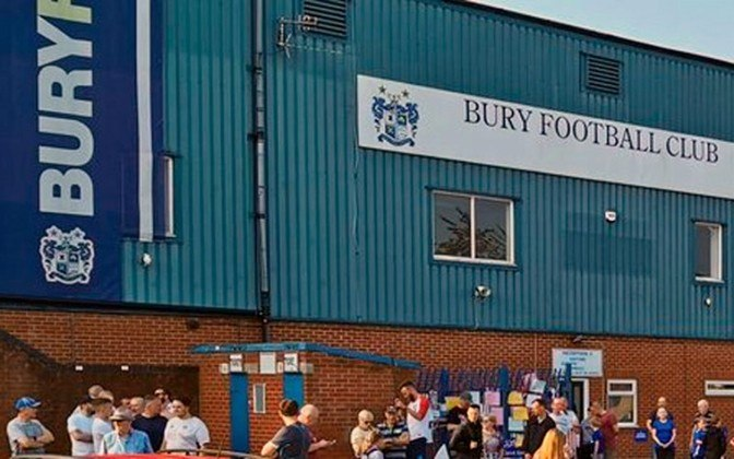Tradicional clube da Inglaterra, o Bury arcou com a série de suas más administrações. Sem um comprador disposto a saldar suas graves dívidas, o clube foi excluído da Terceira Divisão e deixou de existir.