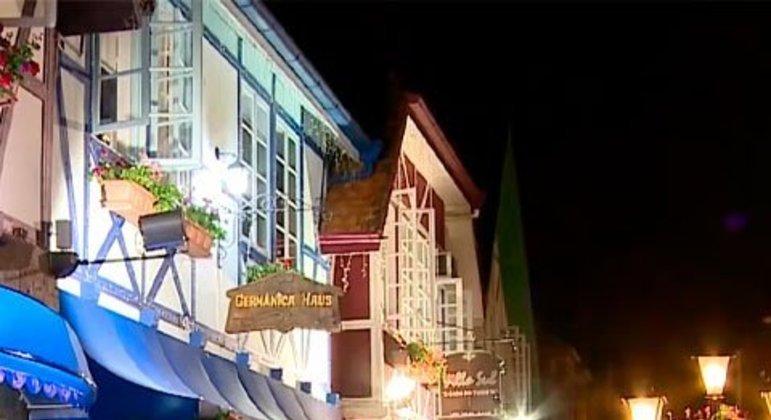 Tradicional da Alemanha, a Oktoberfest acontece também no Brasil por conta da imigração de alemães no sul do país. A festa tem comidas e roupas típicas, danças tradicionais, além, é claro, de muita cerveja. O evento é em Blumenau, em Santa Catarina, com duração de 18 dias no mês de outubro.