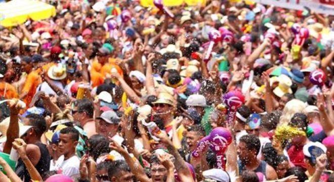 Tradicional desfile do Sábado de Zé Pereira contou com muita animação, criatividade e música nas ruas do Centro do Recife