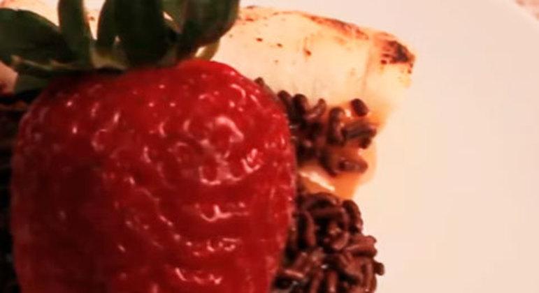 Tradicional em restaurantes e rodízios, é possível fazer uma pizza de brigadeiro com morangos em casa. Para isso, necessita-se de massa de pizza pré-cozida, chocolate em pó, chocolate granulado, morangos, leite condensado, creme de leite e manteiga.