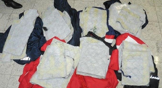 Policiais encontraram pequenos pacotes contendo cocaína no forro de sete casacos