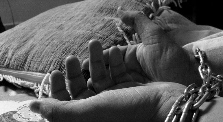 O tráfico de pessoas é crime, de acordo com o artigo 149-A do código penal