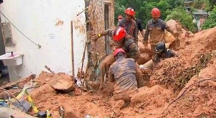 Bombeiros trabalham nas buscas por vítimas soterradas