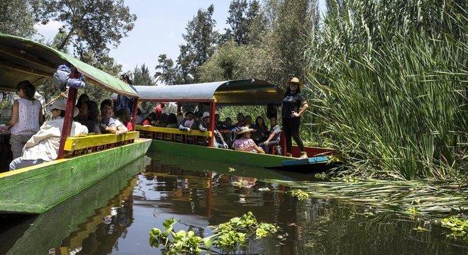 Nos canais de Xochimilco, uma das atrações é o passeio nas icônicas traineiras coloridas