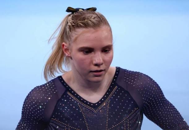 Jade Carey, que também integra a seleção feminina de ginástica artística do Estados Unidos, usou tranças presas de lado e um laço para incrementar o tradicional rabo de cavalo