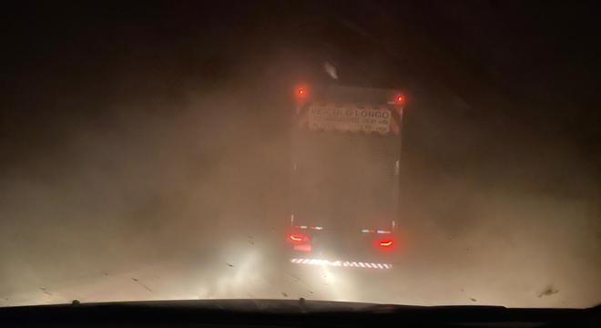 Poeira atrapalha a visibilidade em trecho de terra da rodovia Transamazônica