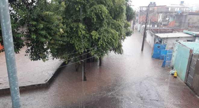 Córrego Itaim transbordou e não é possível ver a ponte usada para atravessá-lo