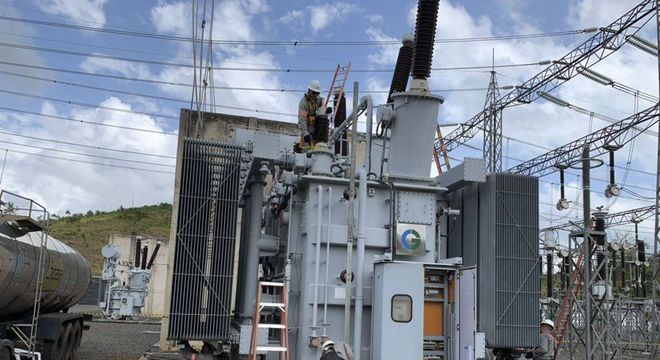 Funcionários da Linhas de Macapá Transmissora de Energia trabalham em transformador