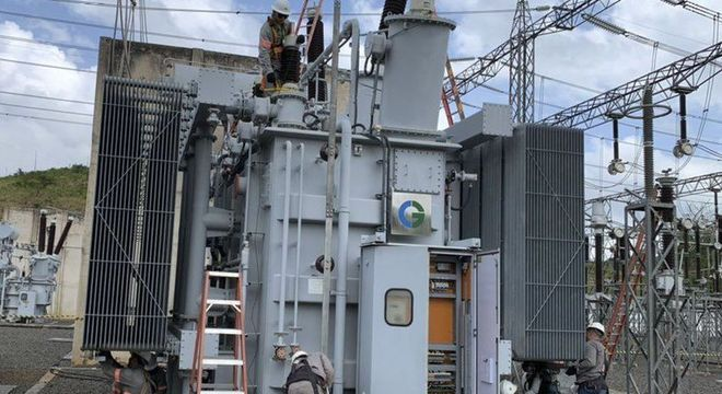 Funcionários da concessionária Linhas de Macapá Transmissora de Energia trabalham em transformador