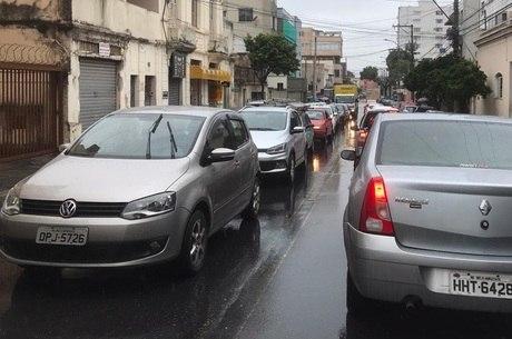 Motoristas enfrentam longas filas de congestionamento