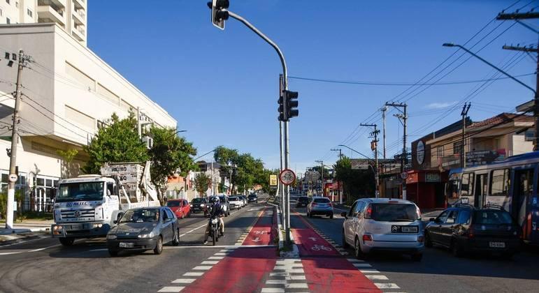 Trânsito na avenida Corifeu de Azevedo Marques na manhã de segunda-feira (15)