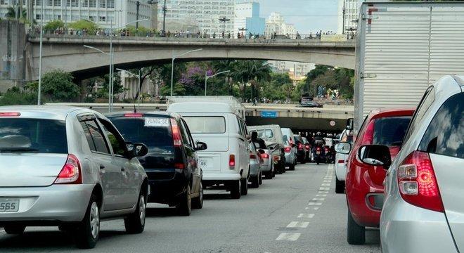 São Paulo trocou chaminés grandes por pequenas chaminés móveis, que são os veículos, diz médico